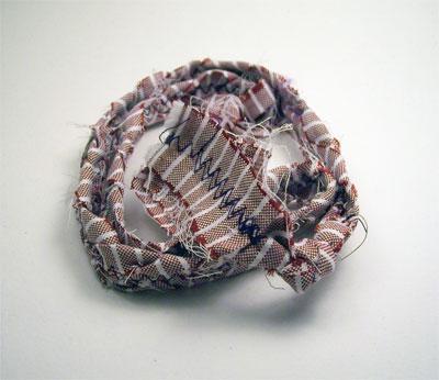 Una collana con gli scampoli di stoffa