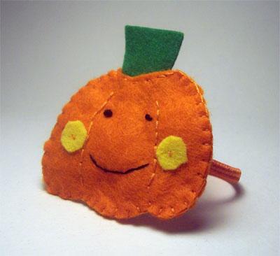 Lavoretti per Halloween: : un elastico per capelli a forma di zucca