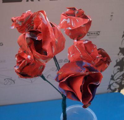 Un bouquet di rose rosse con carta di giornale mamma felice for Fiori di carta di giornale