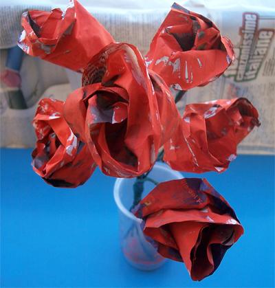 Un bouquet di rose rosse… con carta di giornale