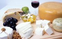 Tagliere di formaggi, frutta, miele e noci