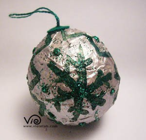 Pallina argentata con disegni verdi