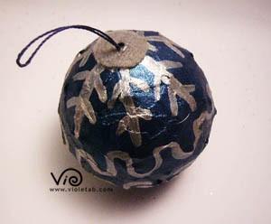 Pallina blu con disegni argentati