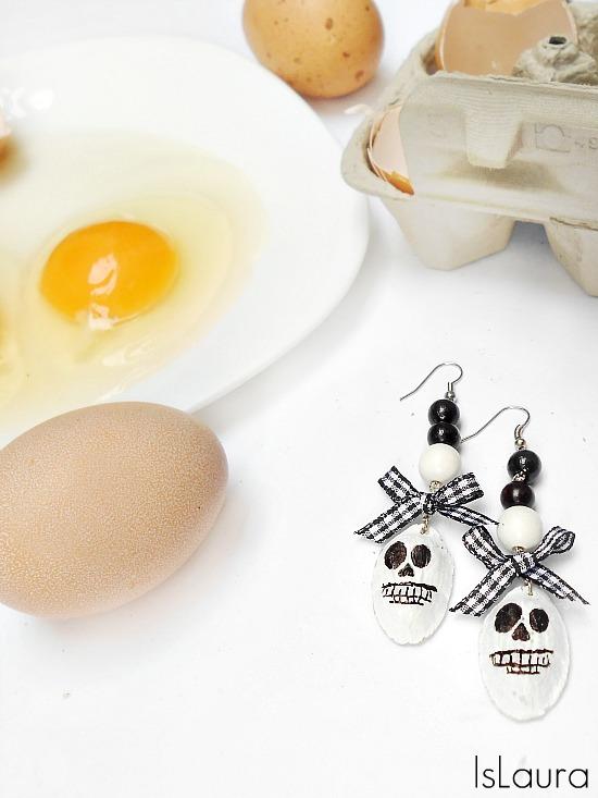 uova e orecchini fatti con il cartone riciclato