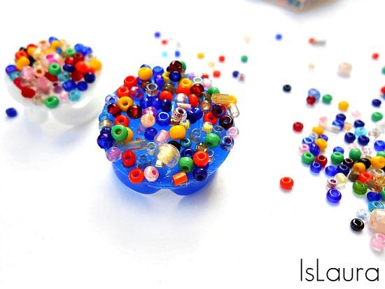 anelli con coperchio di plastica e perline