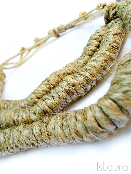 collana con spago lavorata con un nodo