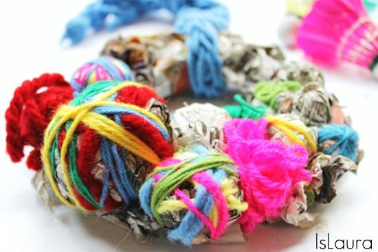 Ghirlanda di carta di giornale e lana