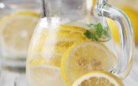 I benefici dell'acqua e limone al mattino a digiuno