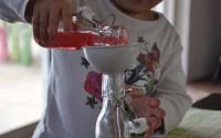 metodo-montessori-esercizi-vita-pratica-travasare-liquidi