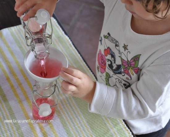 metodo-montessori-esercizi-vita-pratica-travasare-liquidi-bambini