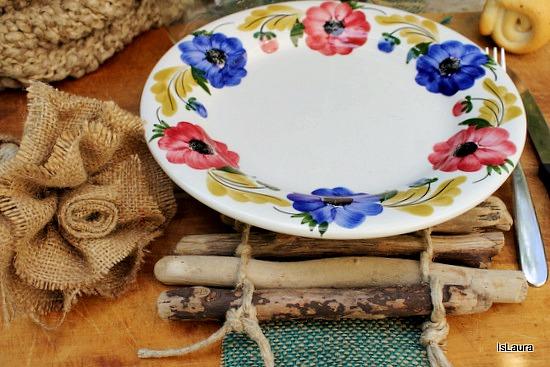 tavola con sottopiatto rustico con legnetti di mare e fiore con sacco di iuta