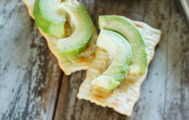 colazione-proteica-low-carb-dieta-dimagrire-light-avocado-formaggio-capra-caprino