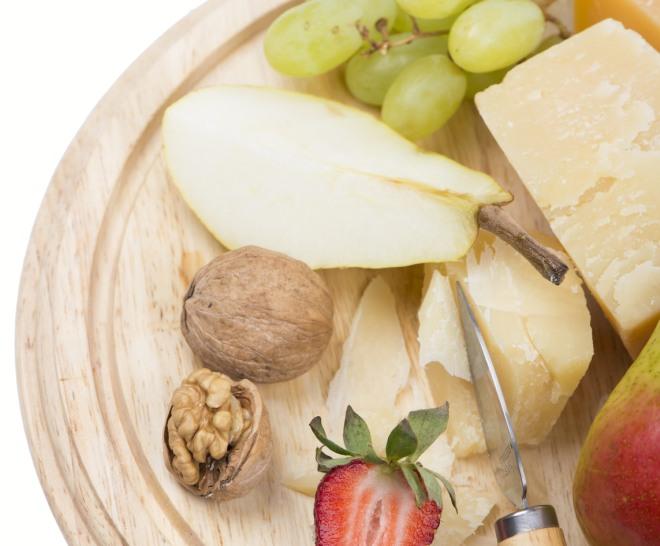 colazione-proteica-low-carb-dieta-dimagrire-light-parmigiano-frutta-uva-fichi