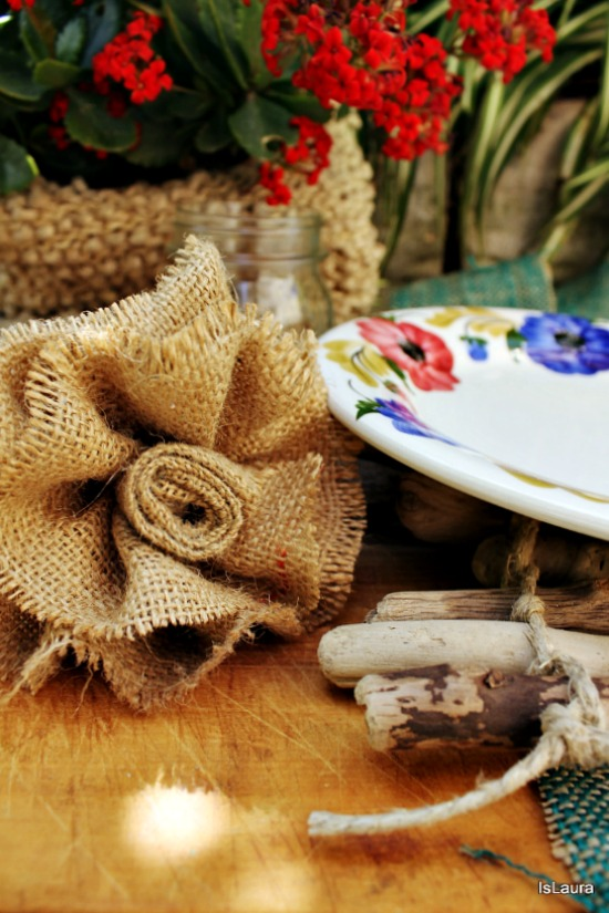 fiore con sacco di juta e sottopiatto con legnetti di mare