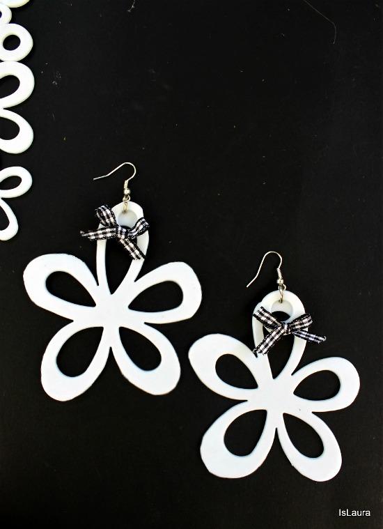 orecchini con fiori di tappetini di plastica