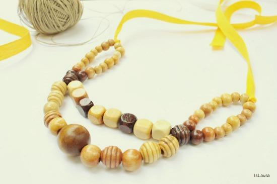 Collana con perline in legno e nastro giallo