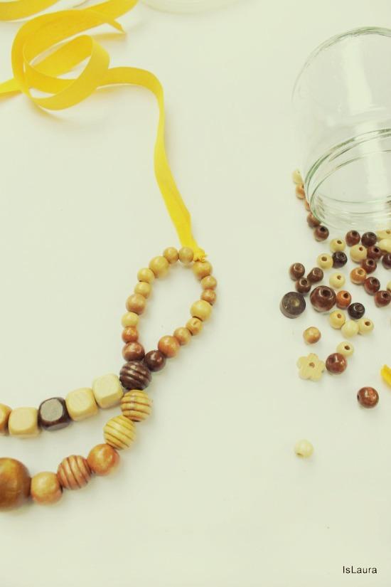 collana con perline di legno