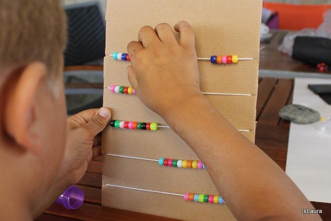 Come realizzare pallottoliere DIY con cartone riciclato e perline