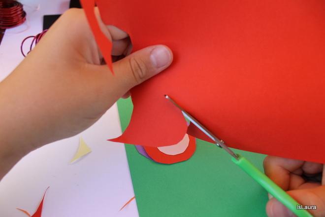 Ritaglio cartoncini colorati per realizzazione Kandinshy trees