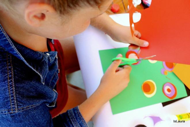 Ritaglio cerchi cartoncini colorati per realizzazione Kandinshy trees