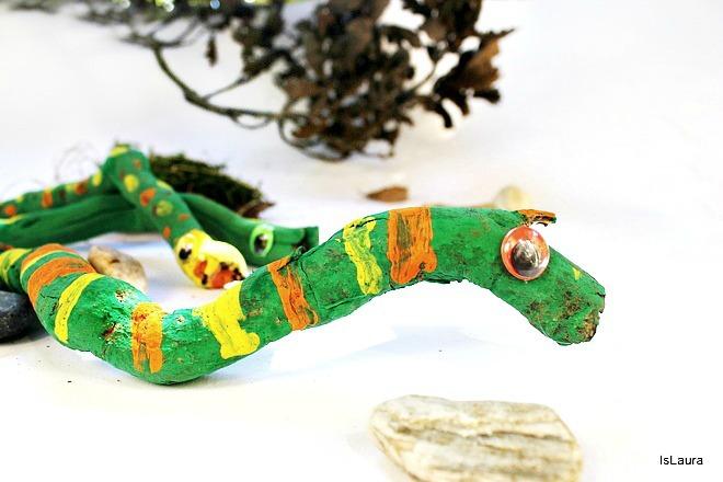 Legni dipinti con tempera, occhietti ballerini per fare serpenti.Lavoretto autunno.