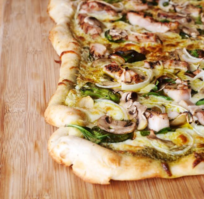 pizza-asparagi-funghi-champignons-rucola-fontina