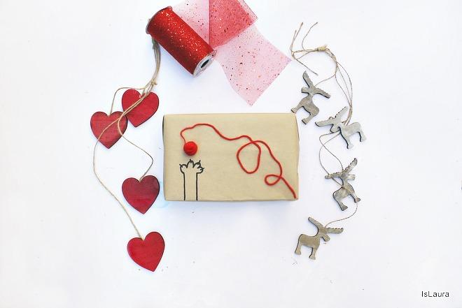 Come realizzare dei pacchi regalo con carta da pacchi e lana