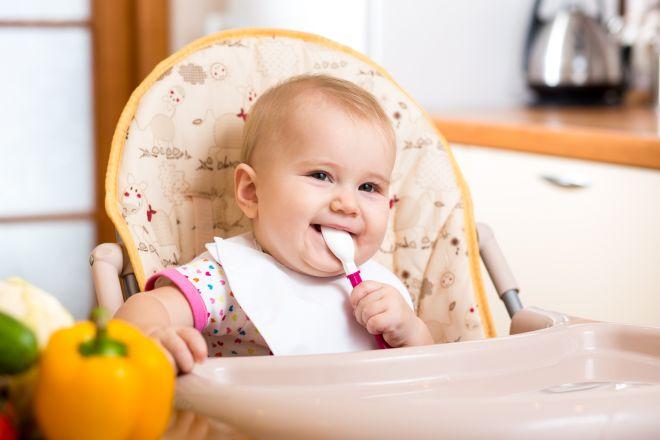 bambino-felice-nel-seggiolone