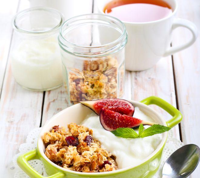 brunch-colazione-della-domenica-cereali-muesli-yogurt-latte-te