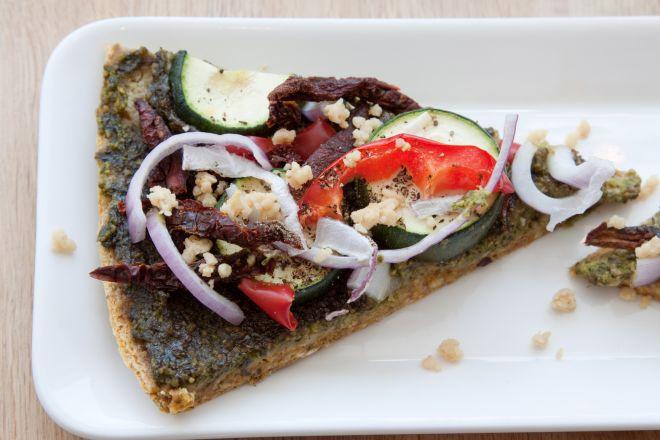 pizza-vegana-pesto-cavolo-nero-verdure-mandorle