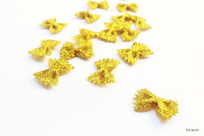 Come-fare-una-ghirlanda-con-pasta-e-glitter