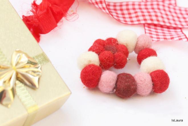 Cuore-spilla-con-palline-di-feltro-regalino-per-Natale.