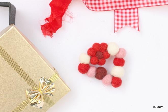 Regalino-spilla-per-Natale-un-cuore-con-le-palline-di-feltro