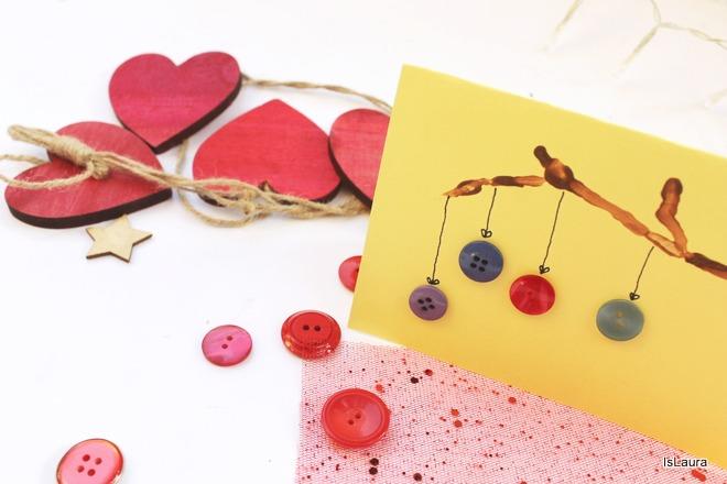 come fare un biglietto di Natale auguri con rametto di legno e bottoni colorati