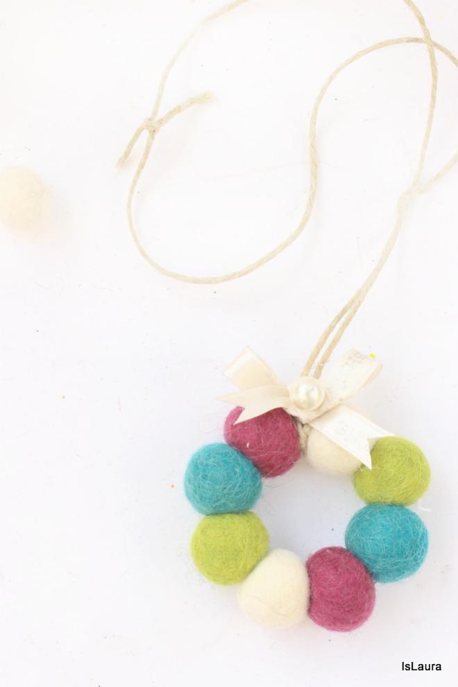 realizzare-delle-ghirlande-per-Natale-con-palline-di-feltro