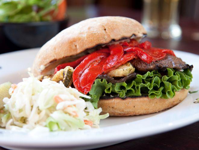 burger-vegano-funghi-portobello-peperoni-verdure