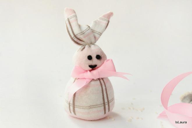 Realizzare-un-coniglietto-con-una-calza-per-Pasqua