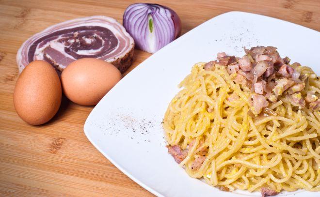 ricette-tradizionali-laziali-spaghetti-alla-carbonara-e- cipolla