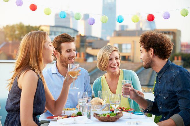 come-ricevere-ospiti-a-cena-in-modo-cortese-elegante-cordiale