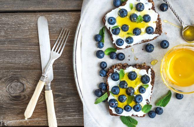 colazione-leggera-estiva-ricotta-mirtilli