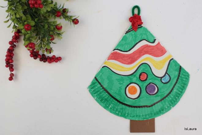 come-fare-albero-di-Natale-da-appendere-con-un-piatto-di-carta.