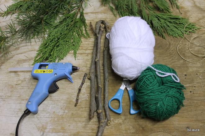 albero-di-natale-con-legnetti-e-lana-