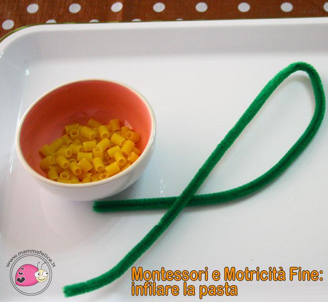 montessori-attivita-motricita-fine-infilare-la-pasta-negli-scovolini