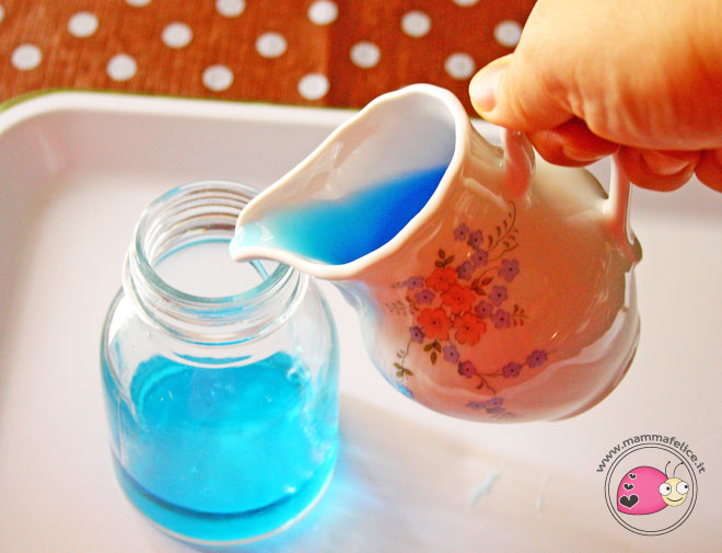 montessori-attivita-vita-pratica-motricita-fine-travasi-di-liquidi