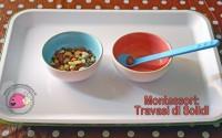 montessori-attivita-vita-pratica-motricita-fine-travasi-di-solidi