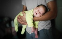 padri-che-cambiano-pannolino-figli-rapporto-di-coppia-stereotipi-di-genere