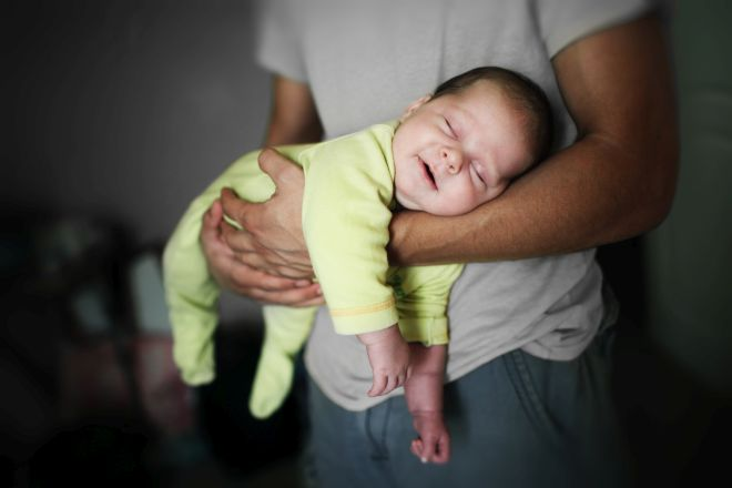 I padri sanno cambiare i pannolini mamma felice - Cambio pannolino in bagno ...