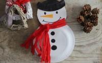 Pupazzo di neve con i piatti di carta