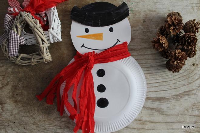 pupazzo-di-neve-con-i-piatti-di-carta