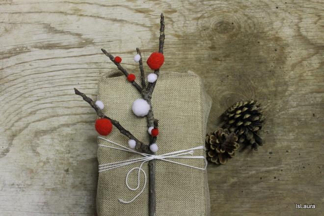 rametto-con-pompon-per-decorare-pacco-regalo-